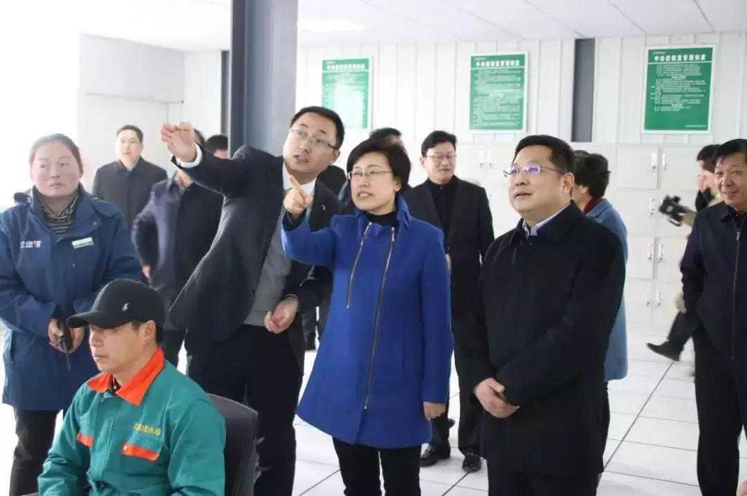 商丘市委副书记陈向平、永城市委书记李中华等领导参观兰堡湾自动化生产中控室。